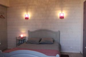 A bed or beds in a room at Chambres Aux Bonnes Herbes