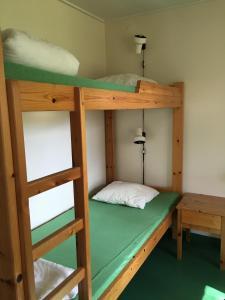 Våningssäng eller våningssängar i ett rum på Grinda Stugby & Vandrarhem