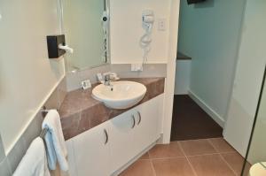 A bathroom at Swagsman Motel