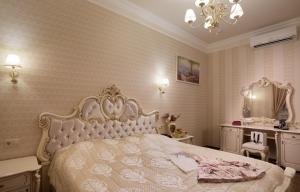 A bed or beds in a room at Hotel Legenda