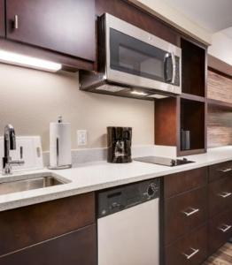 A kitchen or kitchenette at TownePlace Suites by Marriott Albany