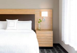 A bed or beds in a room at TownePlace Suites by Marriott Albany