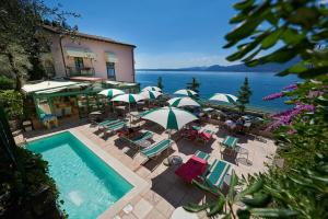 A view of the pool at Hotel Villa Carlotta or nearby