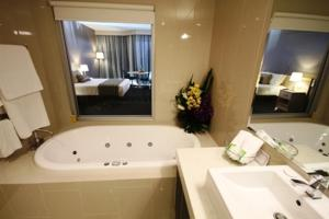 A bathroom at Ceduna Foreshore Hotel Motel