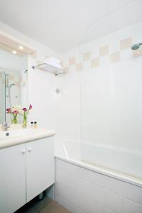 Salle de bains dans l'établissement Residhome Nancy Lorraine