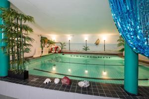 Der Swimmingpool an oder in der Nähe von Pension Deichgraf Middelhagen