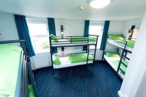 Ein Etagenbett oder Etagenbetten in einem Zimmer der Unterkunft YHA London Thameside