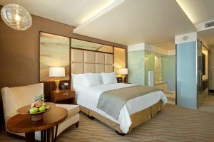 Hilton Windhoek tesisinde bir odada yatak veya yataklar