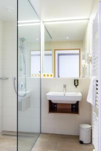 A bathroom at JUFA Hotel Wien