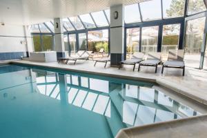 Der Swimmingpool an oder in der Nähe von Hotel Apostroff