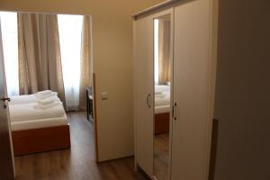 Łóżko lub łóżka w pokoju w obiekcie Gallery Hotel SIS