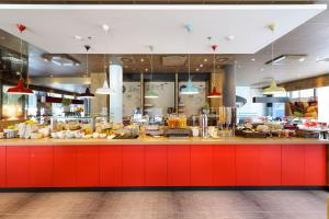 Un restaurante o sitio para comer en ibis Wien Hauptbahnhof