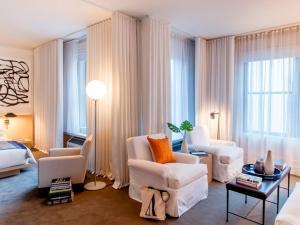 A seating area at The Ambassador Chicago – a Joie de Vivre Hotel