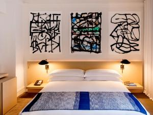 A bed or beds in a room at The Ambassador Chicago – a Joie de Vivre Hotel