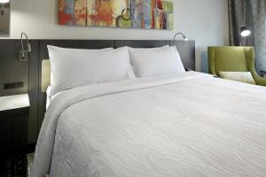 A bed or beds in a room at Hilton Garden Inn Roslyn