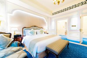 A bed or beds in a room at Legend Palace Hotel