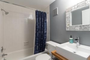 A bathroom at My Urban DC 4