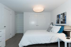 A bed or beds in a room at My Urban DC 4
