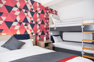 A bunk bed or bunk beds in a room at Cityroomz Edinburgh