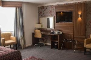 A television and/or entertainment center at Mercure Darlington King's Hotel