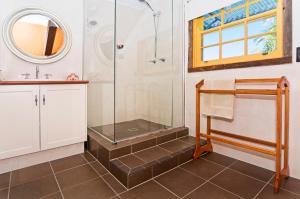 A bathroom at Possum Lodge At Cloudhill Estate