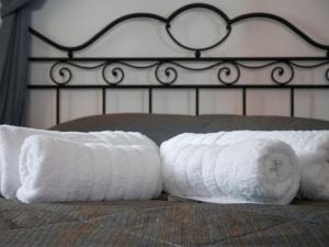 A bed or beds in a room at Chez Sophie