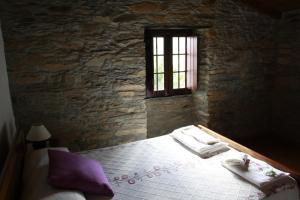 Uma cama ou camas num quarto em Casas de Pedra