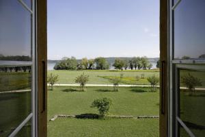 Ein Blick auf den Garten von der Unterkunft Klosterhotel St. Petersinsel aus oder aus der Nähe