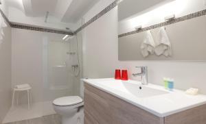 A bathroom at Apartamentos MR La Raconà