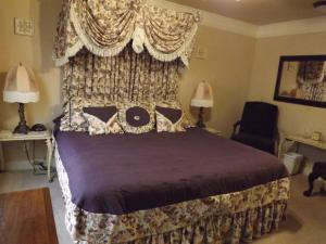 A bed or beds in a room at Amid Summer's Inn Bed and Breakfast