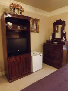 A television and/or entertainment center at Amid Summer's Inn Bed and Breakfast
