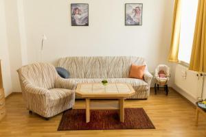 Ein Sitzbereich in der Unterkunft Ferienwohnung Schermer