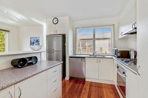 A kitchen or kitchenette at GDay Beach House