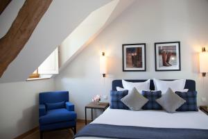 A bed or beds in a room at Manoir de Surville