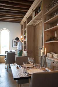 A restaurant or other place to eat at Manoir de Surville