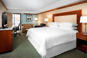 A bed or beds in a room at Four Points by Sheraton Richmond Airport