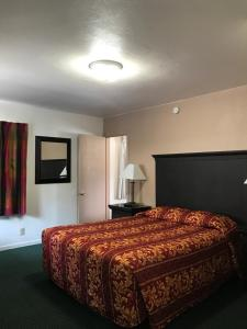A bed or beds in a room at Townhouse Motel