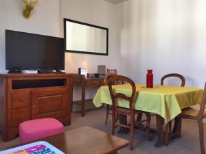 Télévision ou salle de divertissement dans l'établissement Villa Yvonnette