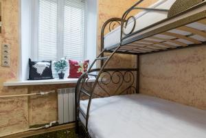 Двухъярусная кровать или двухъярусные кровати в номере Отель Винтерфелл Тверская