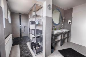 Ein Badezimmer in der Unterkunft Pension Weinsberger Tal