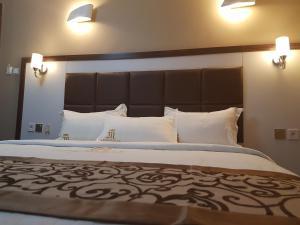 Mbayaville Hotelにあるベッド