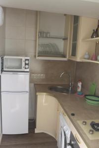 Кухня или мини-кухня в Apartment On Nagornaya 27