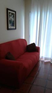 Uma área de estar em Comfort Guarujá Enseada Apartment