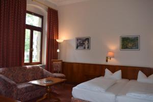 Ein Bett oder Betten in einem Zimmer der Unterkunft Hotel Artushof