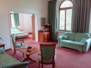 Ein Sitzbereich in der Unterkunft Hotel Artushof
