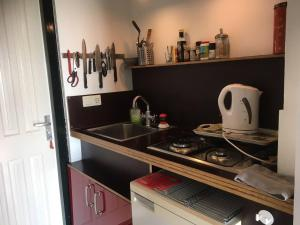 A kitchen or kitchenette at Bee Bee Bungalow
