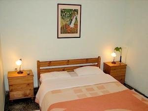 A bed or beds in a room at Earini Rooms And Apartments