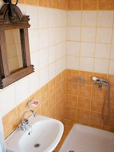 A bathroom at Earini Rooms And Apartments