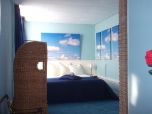 A bed or beds in a room at Hotel Hoogland Zandvoort aan Zee