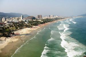 Uma vista aérea de Comfort Guarujá Enseada Apartment